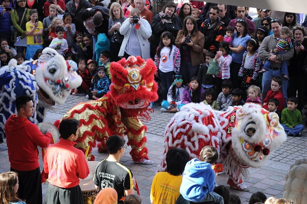 1024px-lion_dance_chinese_new_year_2013_at_the_crow_collection_04