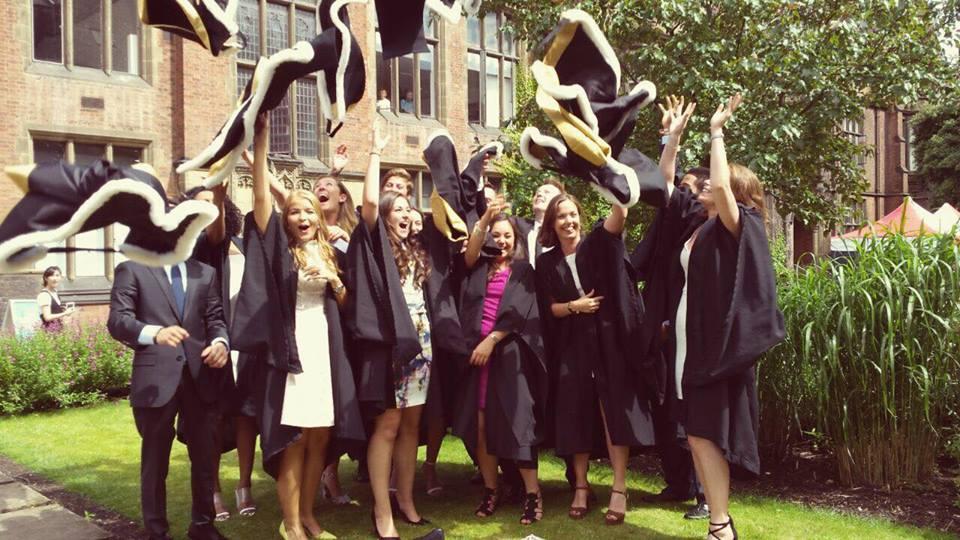 Why don\'t Newcastle graduates wear caps?