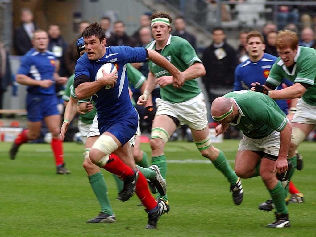 a comparison of the sport of rugby and football On their surface rugby and football look similar - huge men knocking each   the other very obvious difference is how the game plays out.