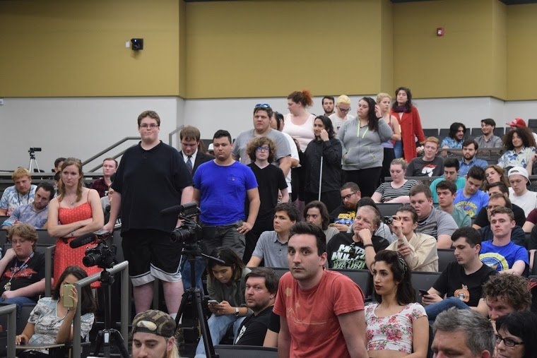 A crowd at Milo Yiannopoulos speaking to Oregon University