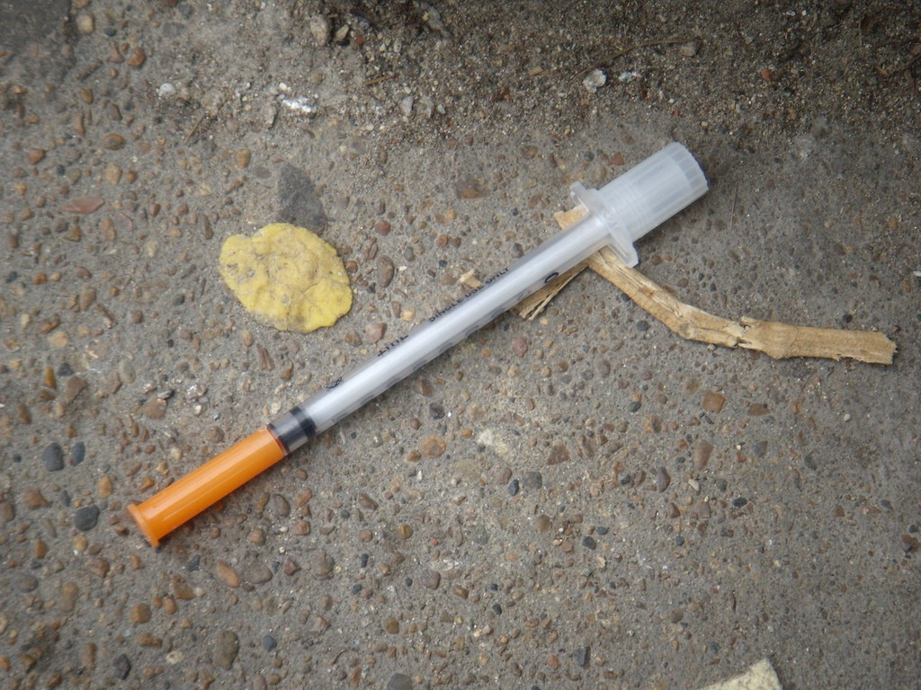 Heroin_needle_in_the_gutter