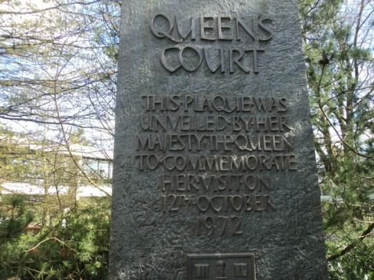 queen's court sign