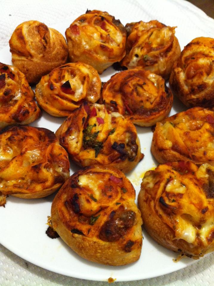 Pizza pinwheels with mozzarella, cheddar, basil and salami - I call them pizza binwheels!