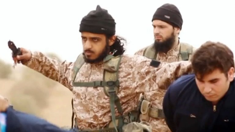 A still from the recent ISIS video, depicting the individual believed to Nasser Muthana. (Photo credit: infobae.com)