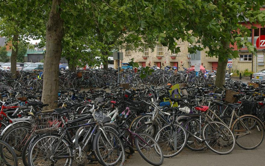 bikes-at-cambridge-station-cc-licensed-by-mattbuck4950