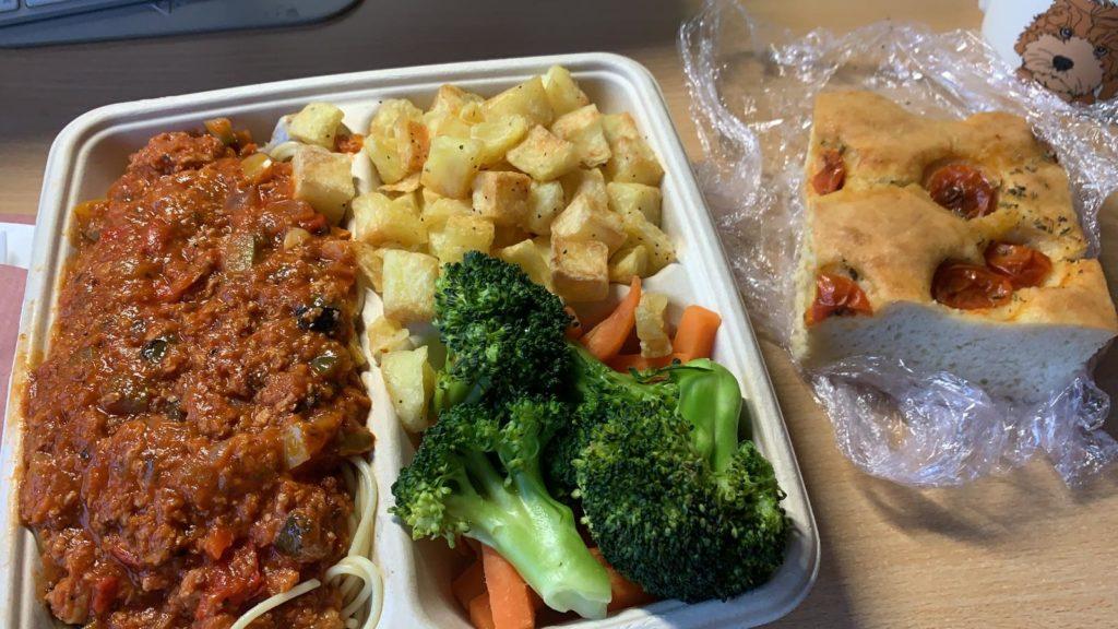 Bolognese with potato, broccoli, carrot and focaccia bread