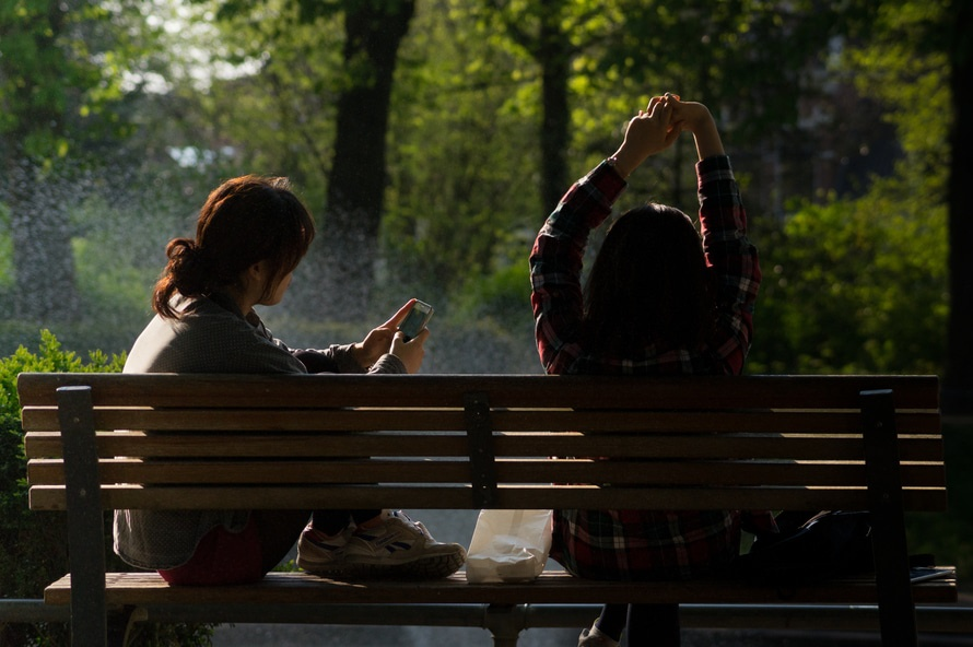 bench-people-smartphone-sun-large (1)