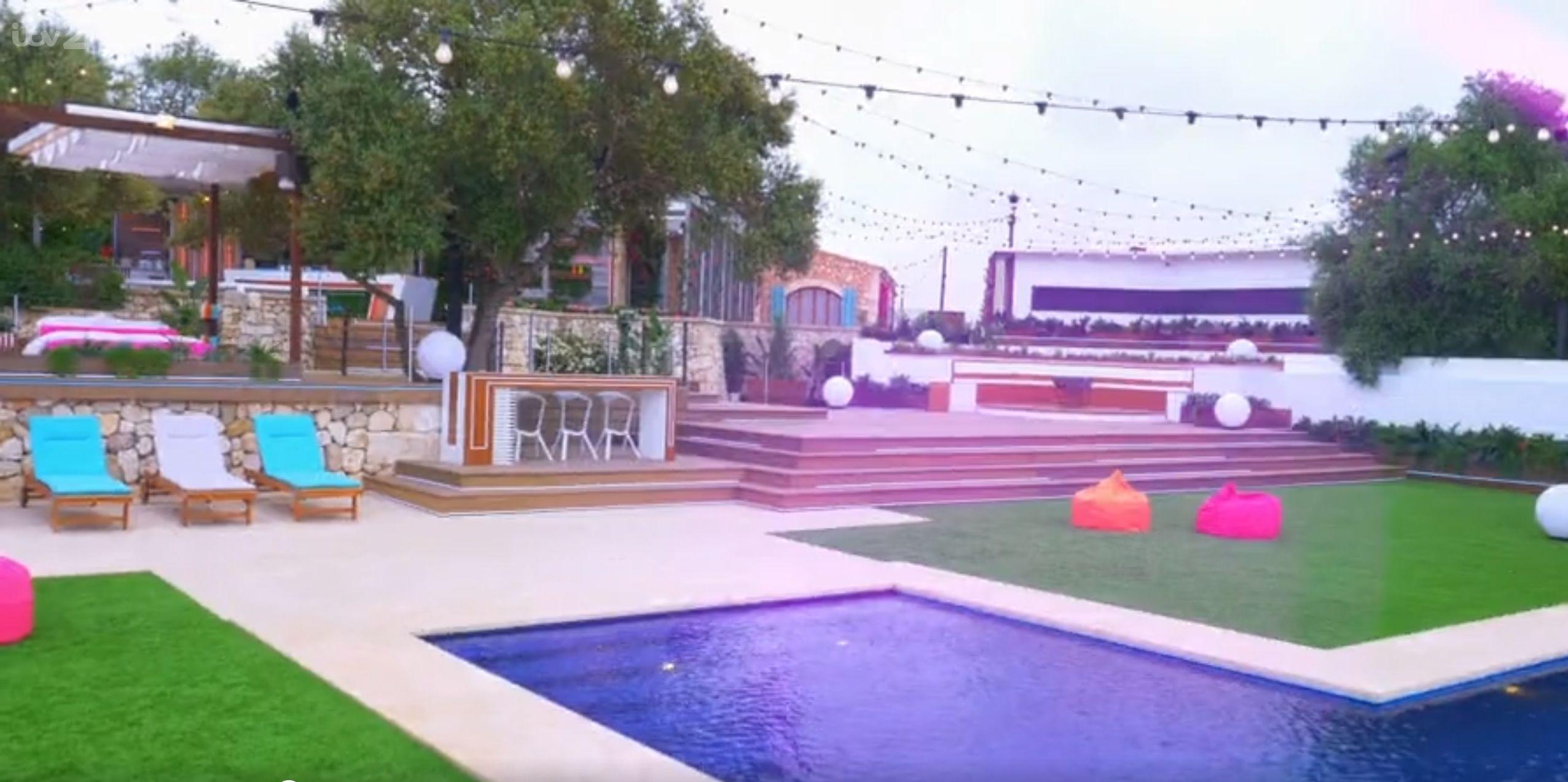 Image may contain: Yard, Outdoors, Backyard, Water, Pool, Balcony