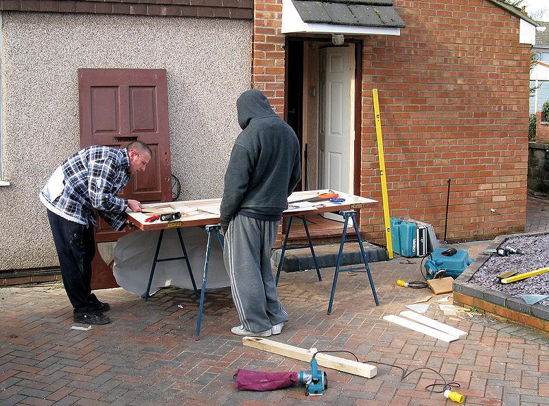 800px-Carpenters_repair_a_door_arp