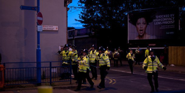Police_running_through_streets_of_Croydon_during_2011_riots (1)