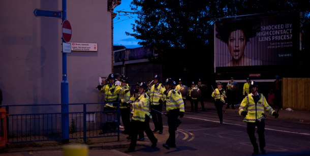 Police_running_through_streets_of_Croydon_during_2011_riots